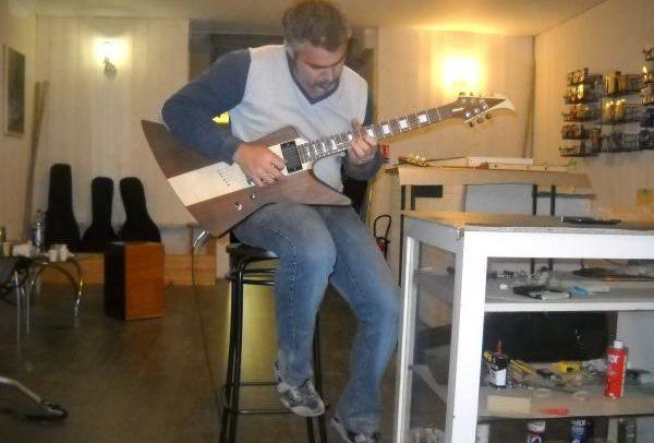 Stage#2 - type Explorer en 2013 de Johan chez Hervé BERARDET Artisan Luthier, atelier Guitareet Création