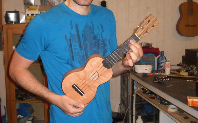 Stage#3 - type Ukulele en 2013 de Jérémie chez Hervé BERARDET Artisan Luthier, atelier Guitare et Création