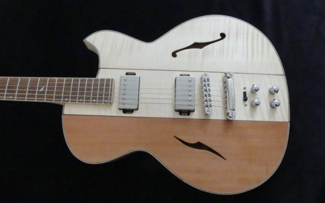 Osiris, Guitare Voyageuse et Modulaire - réalisée par Hervé BERARDET Artisan Luthier, atelier Guitare et Création - pan érable fermé et poirier