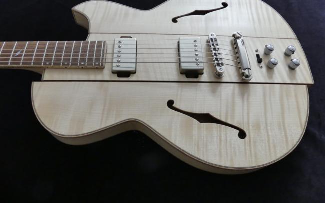 Osiris, Guitare Voyageuse et Modulaire - réalisée par Hervé BERARDET Artisan Luthier, atelier Guitare et Création - corps décroché