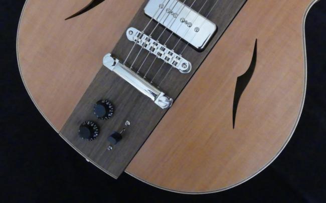 Osiris, Guitare Voyageuse et Modulaire - réalisée par Hervé BERARDET Artisan Luthier, atelier Guitare et Création - plan décroché noyer et côtés poirier