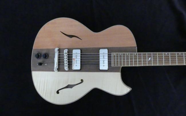 Osiris, Guitare Voyageuse et Modulaire - réalisée par Hervé BERARDET Artisan Luthier, atelier Guitare et Création - centre noyer et côtés bicolore