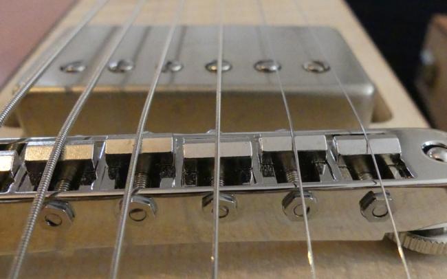 Osiris, Guitare Voyageuse et Modulaire - réalisée par Hervé BERARDET Artisan Luthier, atelier Guitare et Création - gros plan Humbucker sur centre érable