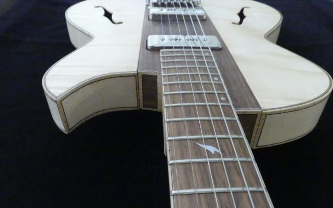 Osiris, Guitare Voyageuse et Modulaire - réalisée par Hervé BERARDET Artisan Luthier, atelier Guitare et Création - gros plan centre noyer