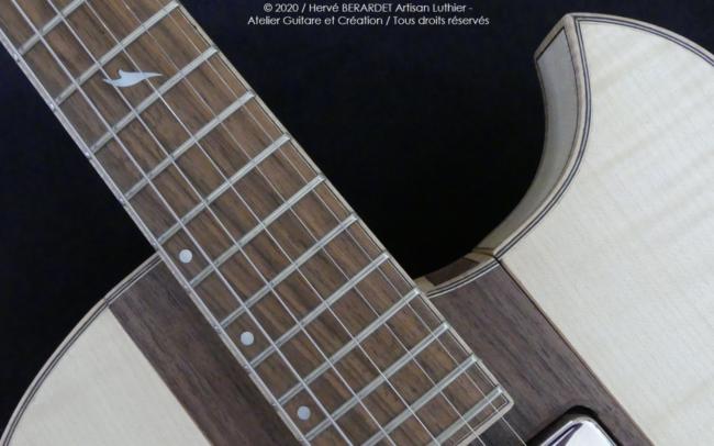 Osiris, Guitare Voyageuse et Modulaire - réalisée par Hervé BERARDET Artisan Luthier, atelier Guitare et Création - gros plan détail repère centre noyer