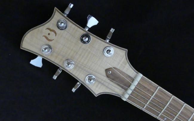 Osiris, Guitare Voyageuse et Modulaire - réalisée par Hervé BERARDET Artisan Luthier, atelier Guitare et Création - gros plan tête diagonale
