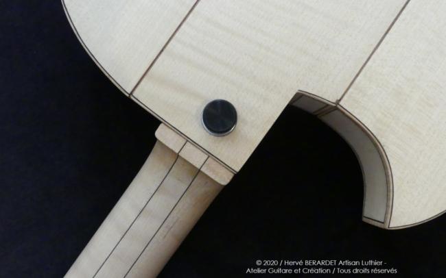Osiris, Guitare Voyageuse et Modulaire - réalisée par Hervé BERARDET Artisan Luthier, atelier Guitare et Création - gros plan tout érable en diagonale dos