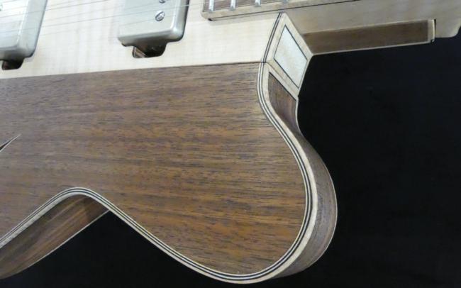 Guitare Osiris, Guitare Voyageuse et Modulaire - réalisée par Hervé BERARDET Artisan Luthier, atelier Guitare et Création - Détail filets Noyer sur pan florentin et centre érable