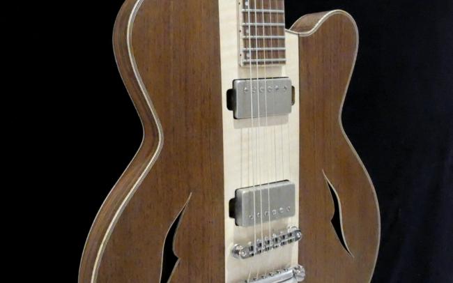 Guitare Osiris, Guitare Voyageuse et Modulaire - réalisée par Hervé BERARDET Artisan Luthier, atelier Guitare et Création - Partie centrale érable et parties latérales noyer