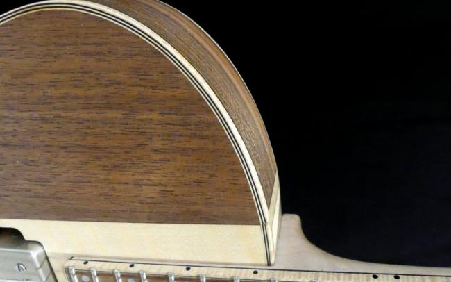 Guitare Osiris, Guitare Voyageuse et Modulaire - réalisée par Hervé BERARDET Artisan Luthier, atelier Guitare et Création - Détail filets Noyer et centre érable qtr