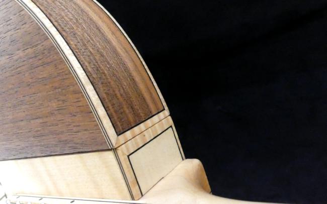 Guitare Osiris, Guitare Voyageuse et Modulaire - réalisée par Hervé BERARDET Artisan Luthier, atelier Guitare et Création - Détail filets Noyer et centre érable ter