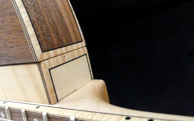 Guitare Osiris, Guitare Voyageuse et Modulaire - réalisée par Hervé BERARDET Artisan Luthier, atelier Guitare et Création - Détail filets Noyer et centre érable bis
