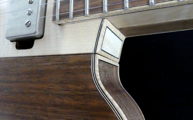 Guitare Osiris, Guitare Voyageuse et Modulaire - réalisée par Hervé BERARDET Artisan Luthier, atelier Guitare et Création - Détail filets Noyer et centre érable