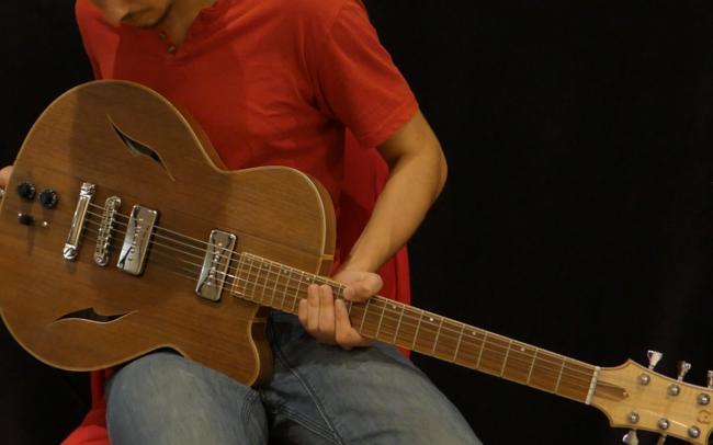 Guitare Osiris, Guitare Voyageuse et Modulaire - réalisée par Hervé BERARDET Artisan Luthier, atelier Guitare et Création - Tout Noyer jouée
