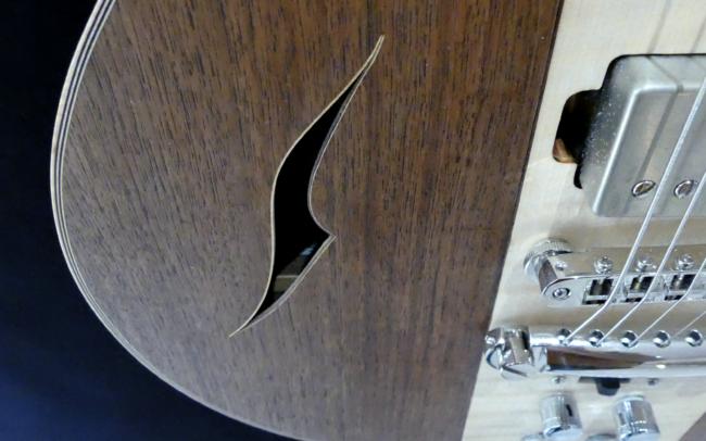 Guitare Osiris, Guitare Voyageuse et Modulaire - réalisée par Hervé BERARDET Artisan Luthier, atelier Guitare et Création - Détail ouïe Noyer et centre érable