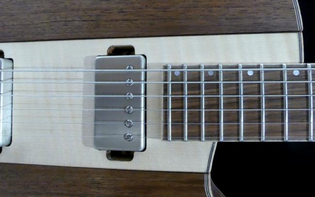 Guitare Osiris, Guitare Voyageuse et Modulaire - réalisée par Hervé BERARDET Artisan Luthier, atelier Guitare et Création - Gros plan Humbucker et noyer