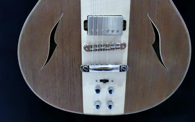 Guitare Osiris, Guitare Voyageuse et Modulaire - réalisée par Hervé BERARDET Artisan Luthier, atelier Guitare et Création - Ouïes en noyer