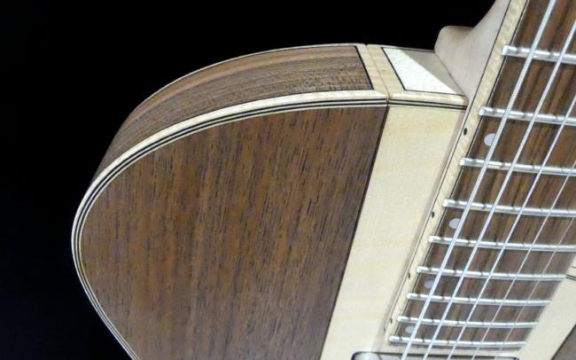 Guitare Osiris, Guitare Voyageuse et Modulaire - réalisée par Hervé BERARDET Artisan Luthier, atelier Guitare et Création - Détail filets noyer et érable