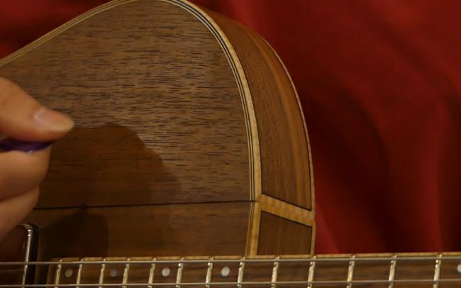 Guitare Osiris, Guitare Voyageuse et Modulaire - réalisée par Hervé BERARDET Artisan Luthier, atelier Guitare et Création - Tout Noyer jouée bis