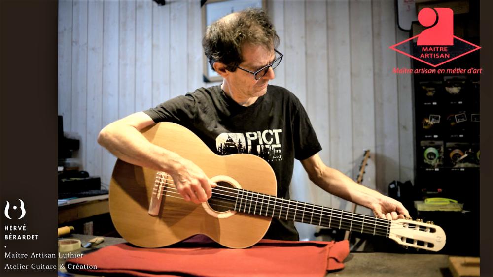 La Chambre des Métiers de Nouvelle-Aquitaine a décerné au luthier le titre de Maître Artisan d'Art Luthier en Guitares - Crédit Photo : @CarolynCaro Photography