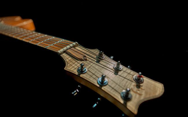 Guitare Osiris, Guitare Voyageuse et Modulaire - réalisée par Hervé BERARDET Maître Artisan Luthier, atelier Guitare et Création - @ Crédits Photos : Philippe Marzat - Centre Poirier et micro Charlie Christian 2