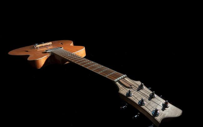 Guitare Osiris, Guitare Voyageuse et Modulaire - réalisée par Hervé BERARDET Maître Artisan Luthier, atelier Guitare et Création - @ Crédits Photos : Philippe Marzat - Centre Poirier et micro Charlie Christian 3