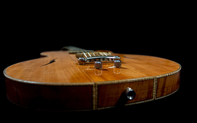 Guitare Osiris, Guitare Voyageuse et Modulaire - réalisée par Hervé BERARDET Maître Artisan Luthier, atelier Guitare et Création - @ Crédits Photos : Philippe Marzat - Centre Poirier et micro Charlie Christian 4