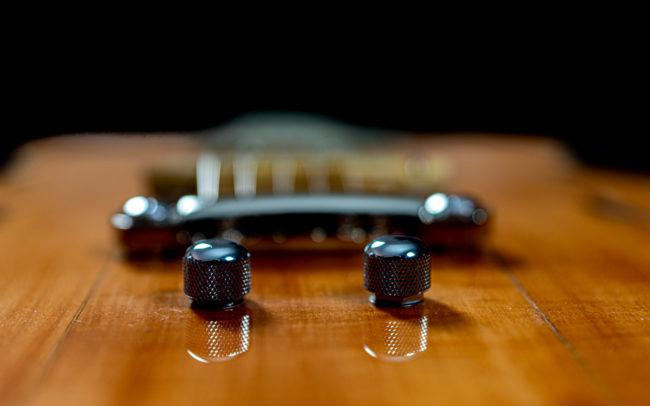 Guitare Osiris, Guitare Voyageuse et Modulaire - réalisée par Hervé BERARDET Maître Artisan Luthier, atelier Guitare et Création - @ Crédits Photos : Philippe Marzat - Centre Poirier et micro Charlie Christian 5