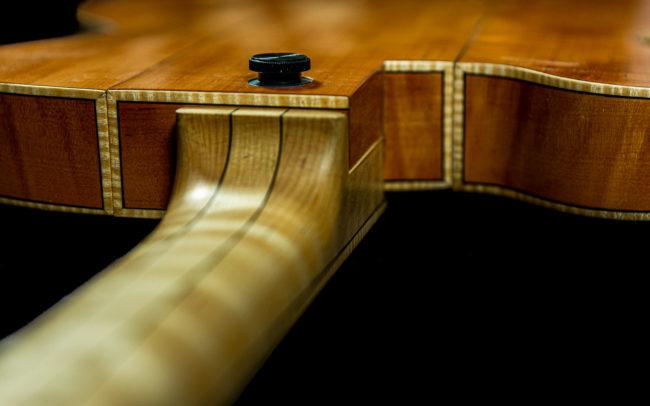 Guitare Osiris, Guitare Voyageuse et Modulaire - réalisée par Hervé BERARDET Maître Artisan Luthier, atelier Guitare et Création - @ Crédits Photos : Philippe Marzat - Centre Poirier et micro Charlie Christian 9