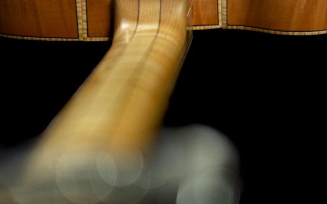 Guitare Osiris, Guitare Voyageuse et Modulaire - réalisée par Hervé BERARDET Maître Artisan Luthier, atelier Guitare et Création - @ Crédits Photos : Philippe Marzat - Centre Poirier et micro Charlie Christian 10