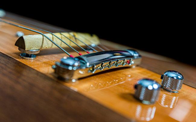 Guitare Osiris, Guitare Voyageuse et Modulaire - réalisée par Hervé BERARDET Maître Artisan Luthier, atelier Guitare et Création - @ Crédits Photos : Philippe Marzat - Centre Poirier et micro Charlie Christian 15