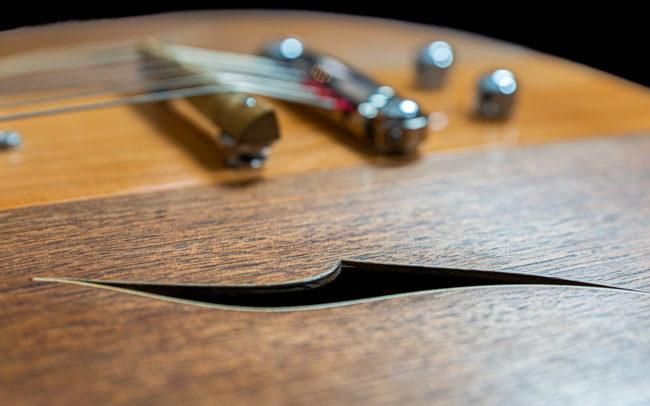 Guitare Osiris, Guitare Voyageuse et Modulaire - réalisée par Hervé BERARDET Maître Artisan Luthier, atelier Guitare et Création - @ Crédits Photos : Philippe Marzat - Centre Poirier et micro Charlie Christian 16