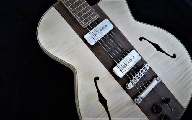 Guitare Osiris, Guitare Voyageuse et Modulaire - réalisée par Hervé BERARDET Maître Artisan Luthier, atelier Guitare et Création - Tous droits réservés - Centre Noyer et micro P90 - Gros plan