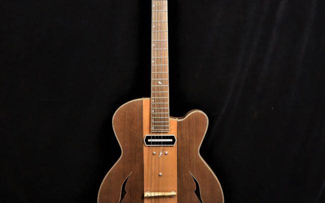 Guitare Osiris, Guitare Voyageuse et Modulaire - réalisée par Hervé BERARDET Maître Artisan Luthier, atelier Guitare et Création - Tous droits réservés - Centre Poirier + Noyer - 1