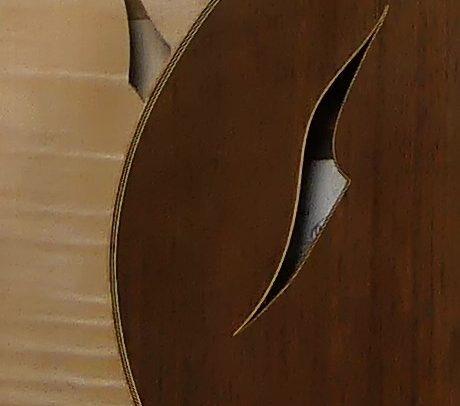 Guitare Osiris, Guitare Voyageuse et Modulaire - réalisée par Hervé BERARDET Maître Artisan Luthier, atelier Guitare et Création - Duo Osiris Détails Ouïe érable et Ouïe Noyer