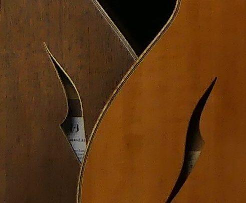 Guitare Osiris, Guitare Voyageuse et Modulaire - réalisée par Hervé BERARDET Maître Artisan Luthier, atelier Guitare et Création - Duo Osiris Détails Ouïe Poirier et Ouïe Noyer