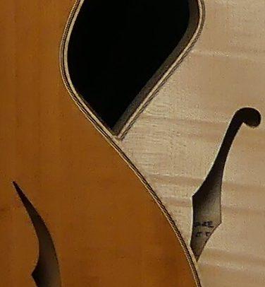 Guitare Osiris, Guitare Voyageuse et Modulaire - réalisée par Hervé BERARDET Maître Artisan Luthier, atelier Guitare et Création - Duo Osiris Détails Ouïe Poirier et Ouïe Erable