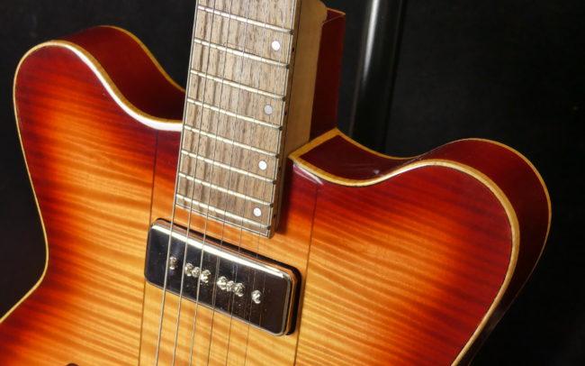 Guitare Osiris DC, Guitare Voyageuse et Modulaire - réalisée par Hervé BERARDET Maître Artisan Luthier, atelier Guitare et Création - @2021 - Tous droits réservés - Caisse haut droite