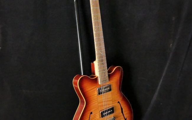 Guitare Osiris DC, Guitare Voyageuse et Modulaire - réalisée par Hervé BERARDET Maître Artisan Luthier, atelier Guitare et Création - @2021 - Tous droits réservés - Vue 3/4