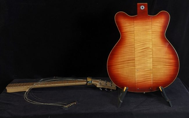 Guitare Osiris DC, Guitare Voyageuse et Modulaire - réalisée par Hervé BERARDET Maître Artisan Luthier, atelier Guitare et Création - Tous droits réservés @2021 - Dos en 2 parties