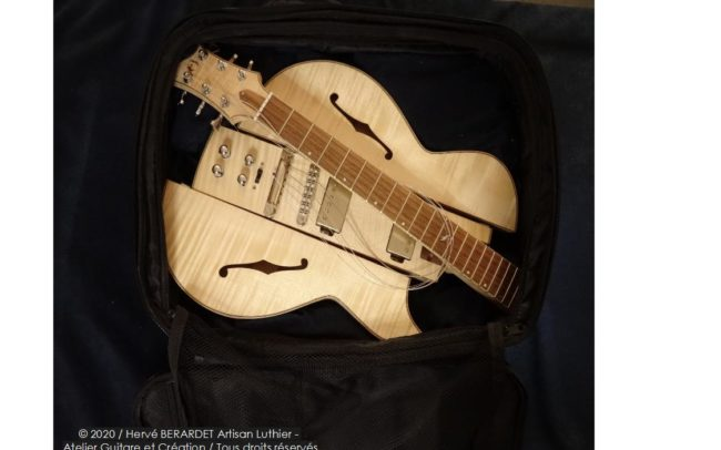 Osiris, Guitare Voyageuse et Modulaire - réalisée par Hervé BERARDET Artisan Luthier, atelier Guitare et Création - en bagage