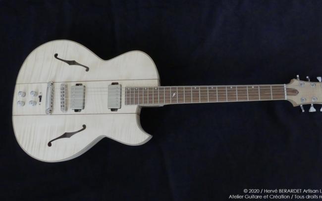 Osiris, Guitare Voyageuse et Modulaire - réalisée par Hervé BERARDET Artisan Luthier, atelier Guitare et Création - vue entière