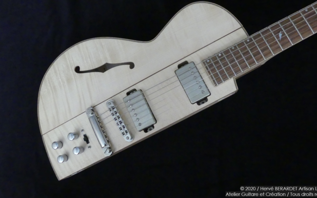 Osiris, Guitare Voyageuse et Modulaire - réalisée par Hervé BERARDET Artisan Luthier, atelier Guitare et Création - demi corps érable droite
