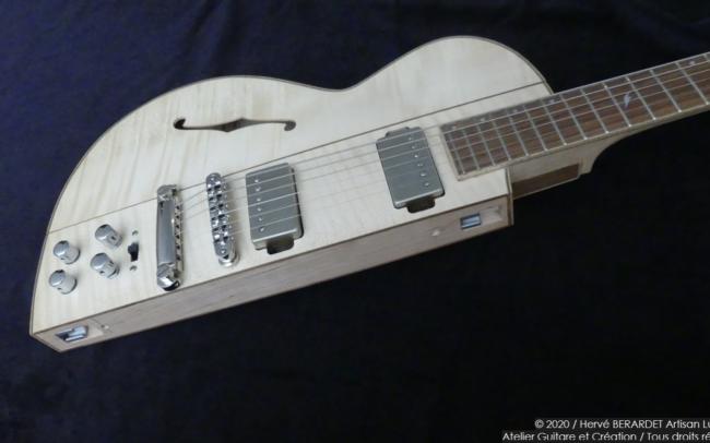 Osiris, Guitare Voyageuse et Modulaire - réalisée par Hervé BERARDET Artisan Luthier, atelier Guitare et Création - demi corps érable droite 3/4