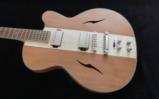 Osiris, Guitare Voyageuse et Modulaire - réalisée par Hervé BERARDET Artisan Luthier, atelier Guitare et Création - centre érable côtés poirier en 3/4