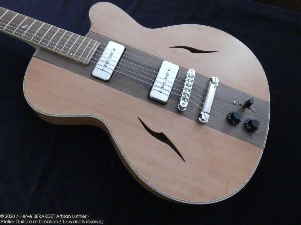 Osiris, Guitare Voyageuse et Modulaire - réalisée par Hervé BERARDET Artisan Luthier, atelier Guitare et Création - gros plan noyer et côtés poirier