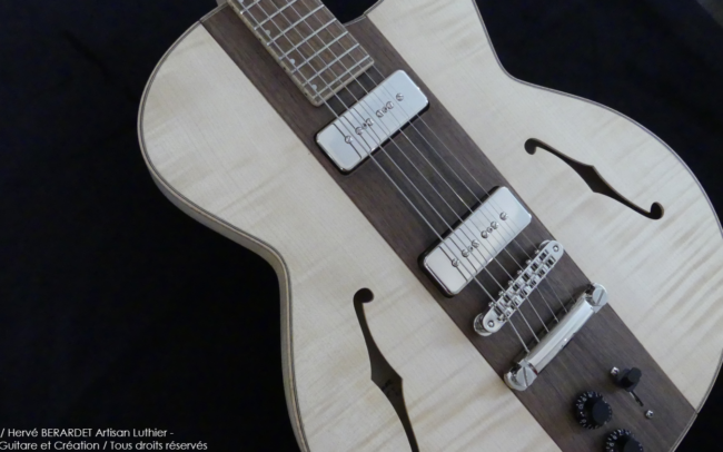 Osiris, Guitare Voyageuse et Modulaire - réalisée par Hervé BERARDET Artisan Luthier, atelier Guitare et Création - centre noyer et côtés érable en diagonale