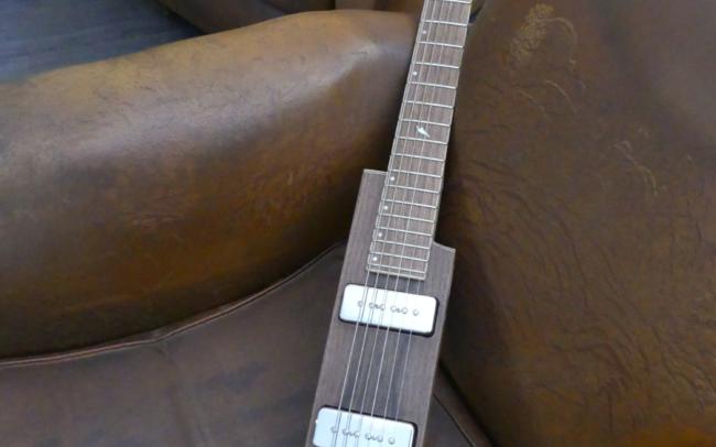 Osiris, Guitare Voyageuse et Modulaire - réalisée par Hervé BERARDET Artisan Luthier, atelier Guitare et Création - bâton noyer