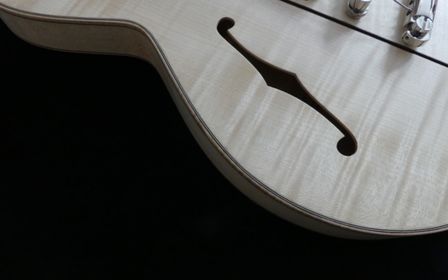 Osiris, Guitare Voyageuse et Modulaire - réalisée par Hervé BERARDET Artisan Luthier, atelier Guitare et Création - ouïe érable