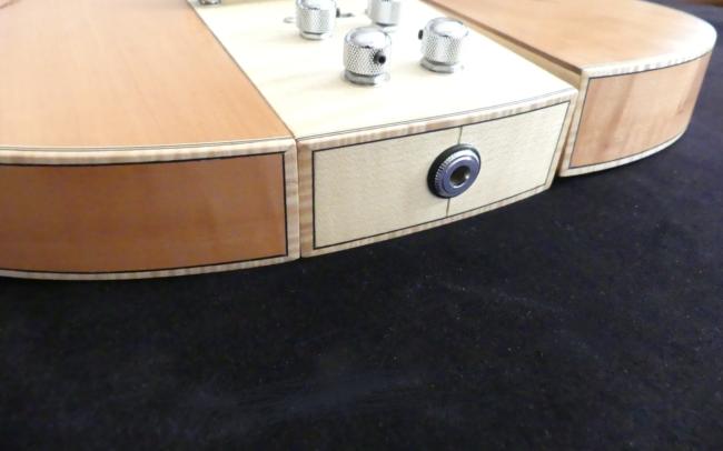 Osiris, Guitare Voyageuse et Modulaire - réalisée par Hervé BERARDET Artisan Luthier, atelier Guitare et Création - gros plan entrée jack sur centre érable